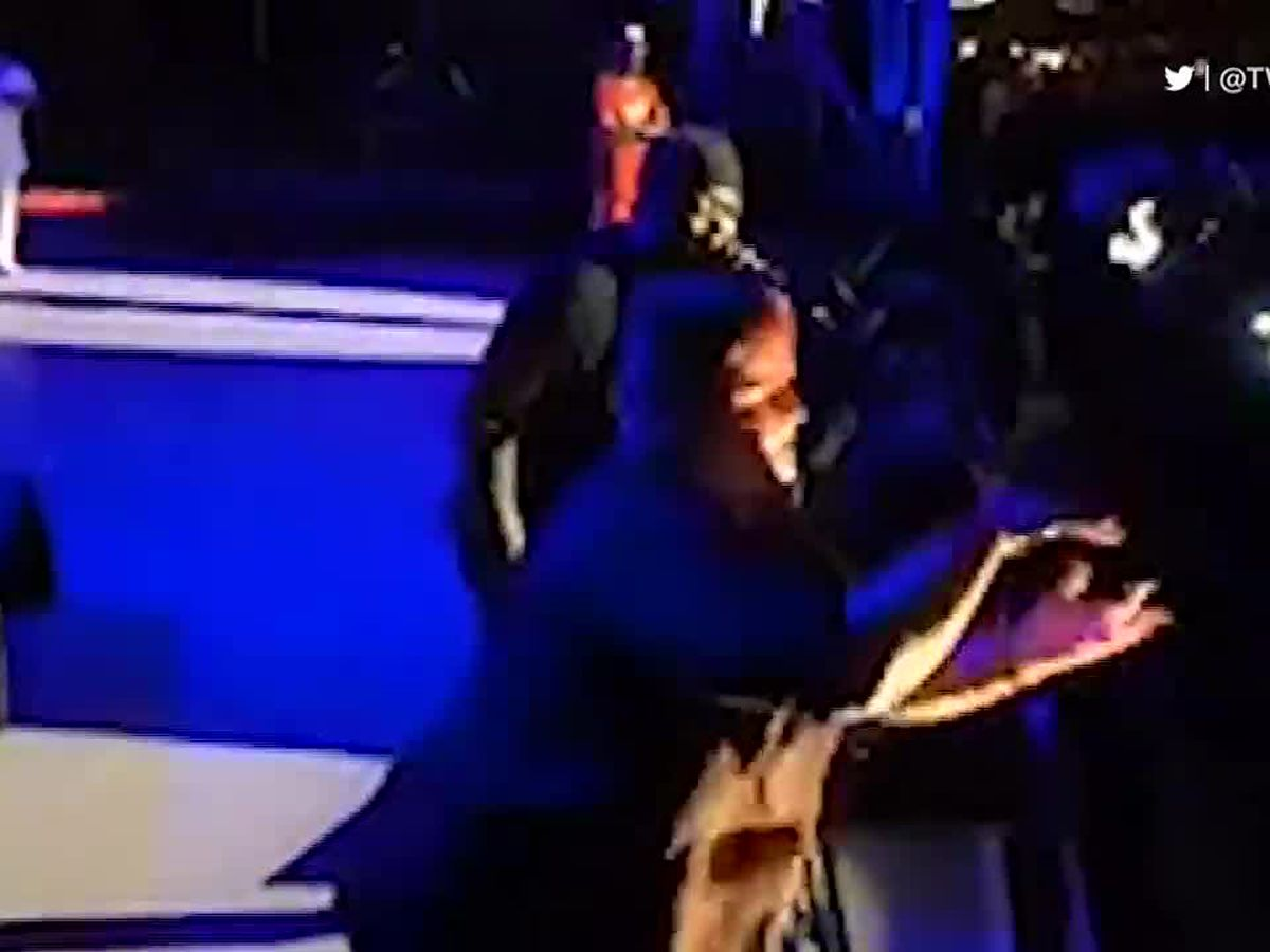 Sign language interpreter steals show from rapper Twista