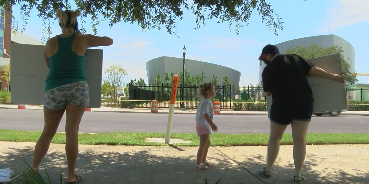 Small protest breaks out at Mississippi Aquarium against dolphins