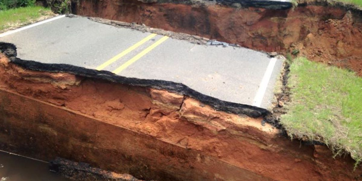 Heavy rains cause road to collapse in the Kiln
