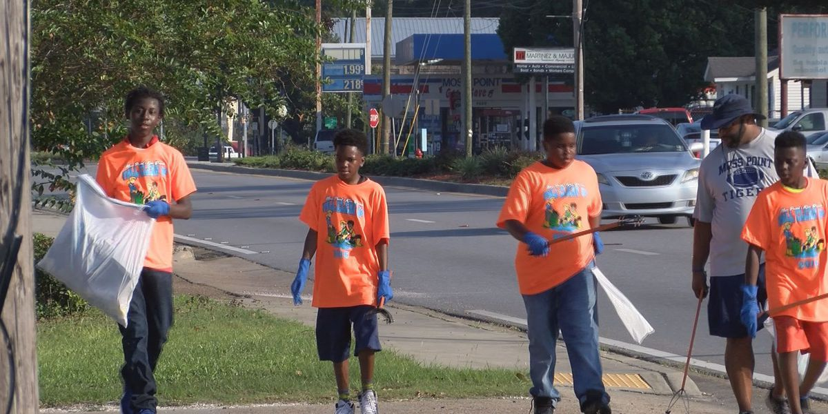 Students clean Moss Point in citywide cleaning effort