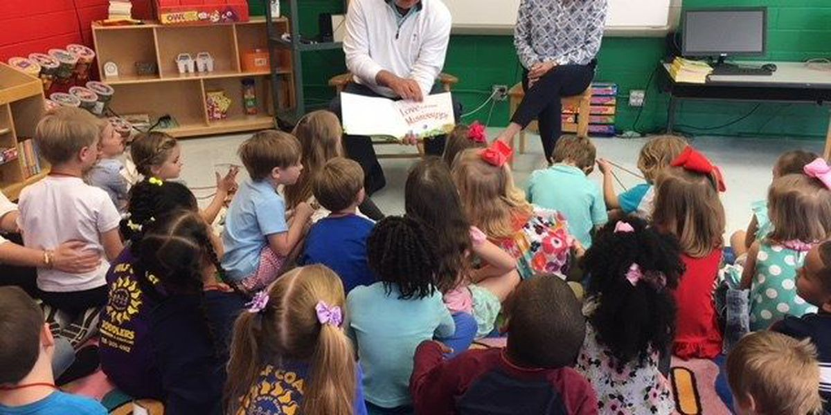 Pro golfer reads to preschoolers ahead of Rapiscan Systems Classic