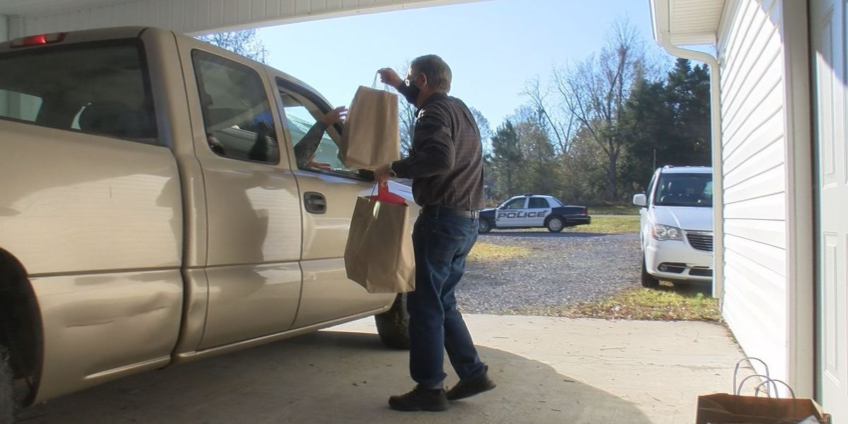 Wiggins group hands out Christmas groceries to residents in need