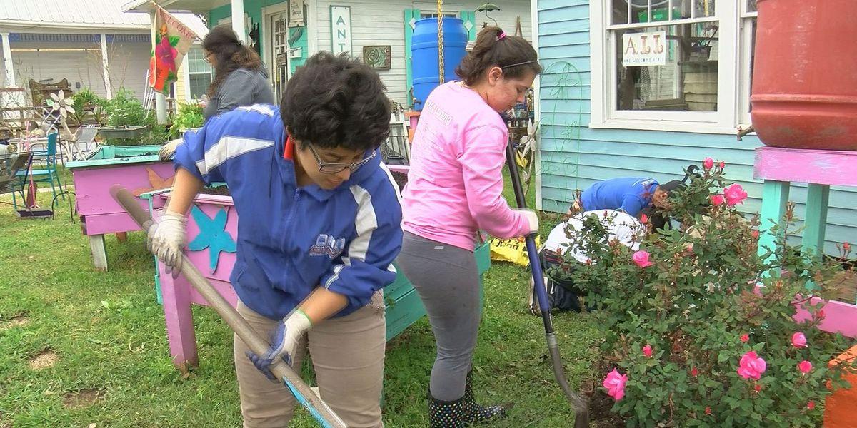 College students spend spring break volunteering at Starfish Cafe