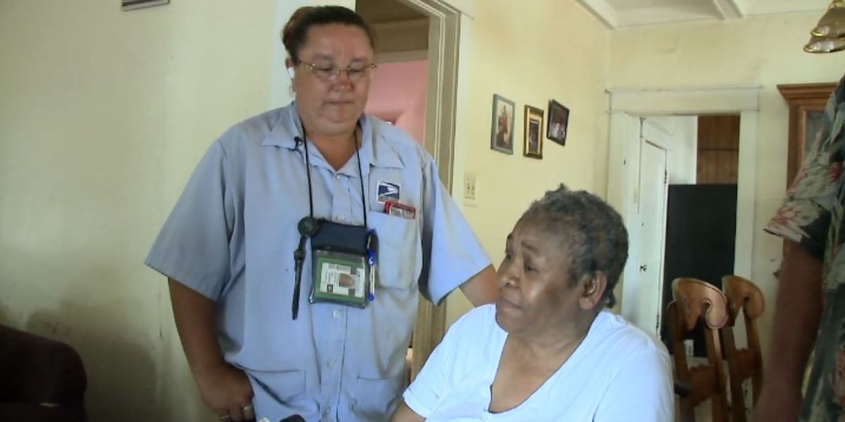 Mail carrier rallies neighborhood, helps elderly woman get air conditioner