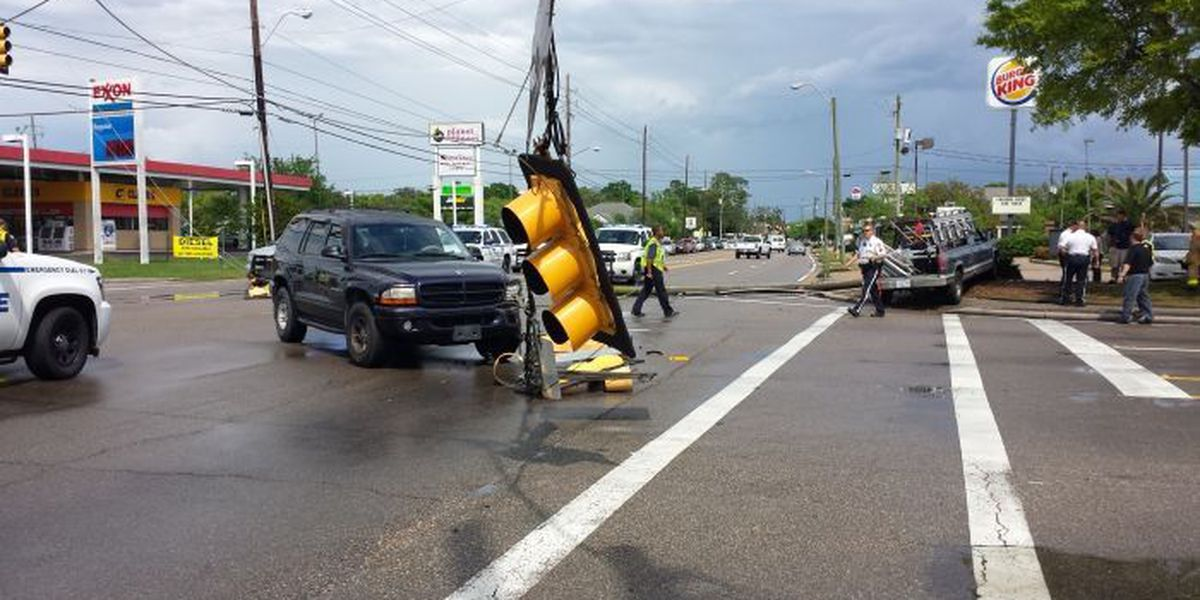 2 car wreck brings down traffic lights on Pass Road